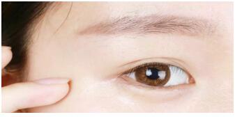 消灭眼纹很简单––爱甚眼部精华液