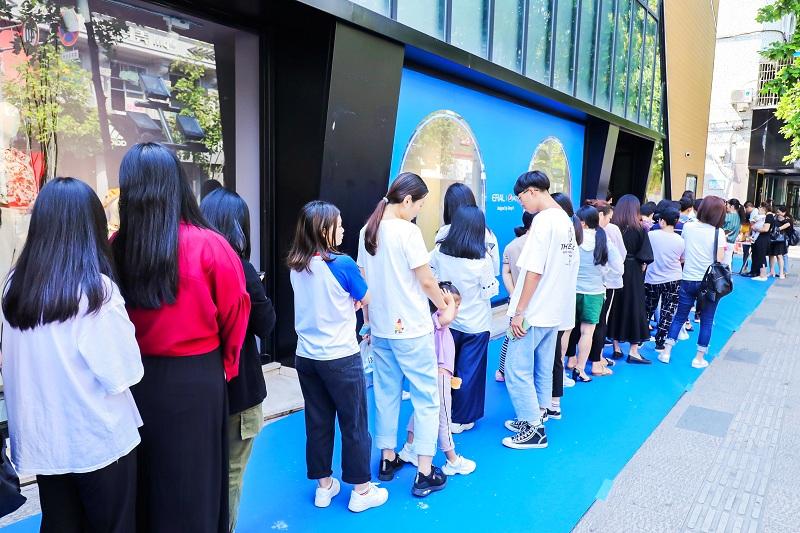 圖2:艾萊依百事聯名羽絨服線下門店發售熱銷現場.jpg
