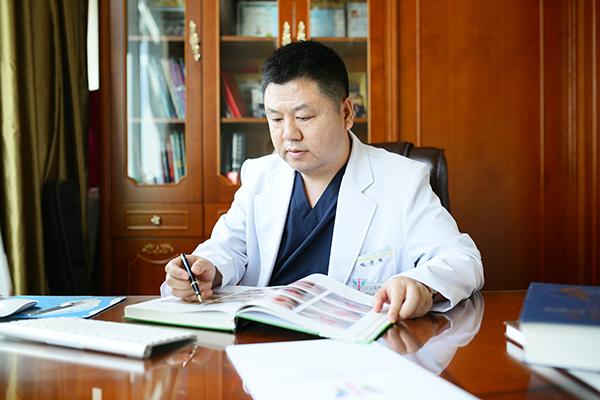 任学会院长在办公室办工时刻.JPG
