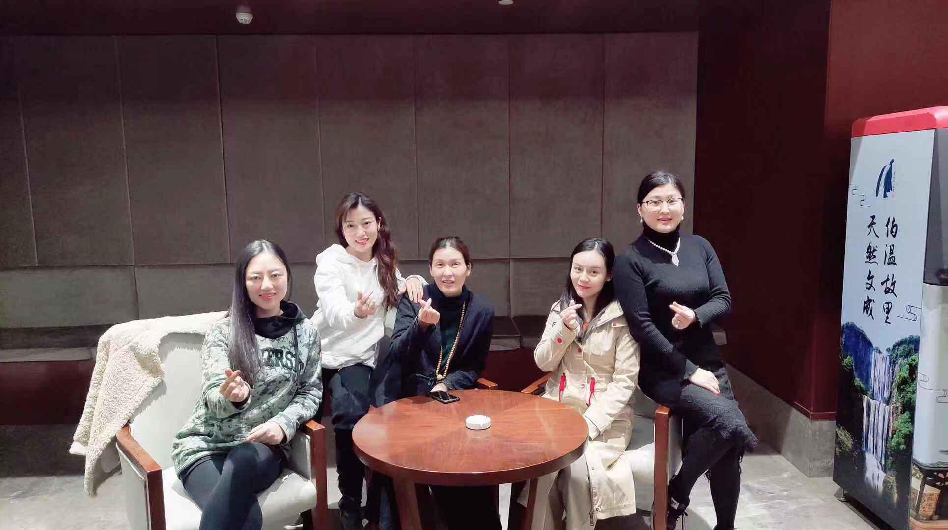(图:右二为吕仲传媒旗下当红艺人米粒).png