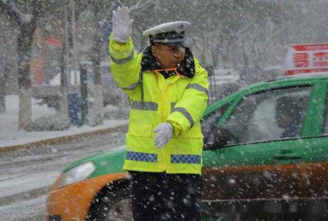 大雪中的交警.jpg